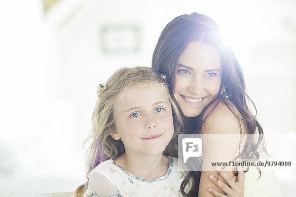Portrait der Brautjungfer und des Mädchens im Wohnzimmer