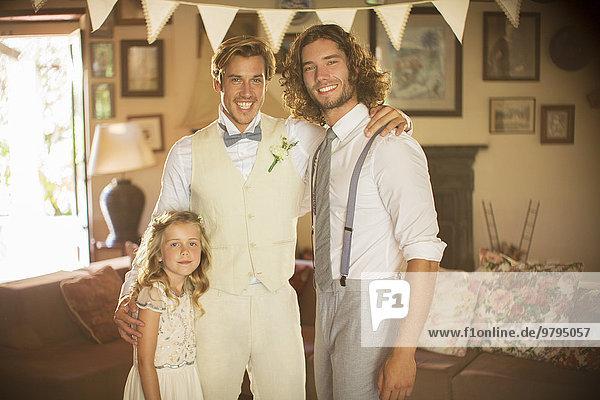 Portrait des Bräutigams  bester Bräutigam und Brautjungfer im Wohnzimmer