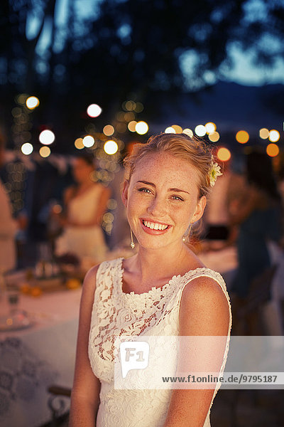 Portrait der Braut im Garten in der Abenddämmerung