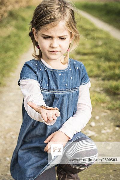 halten Mädchen Wurm