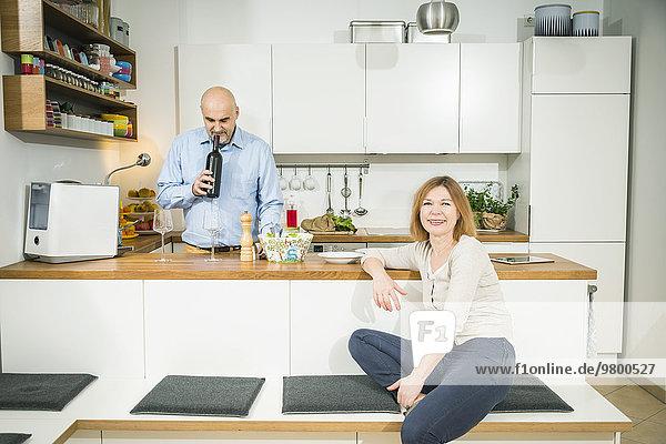 Senior Senioren stinken Mann Wein Küche riechen