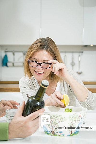 Senior Senioren Frau Preisschild Flasche Öl vorlesen