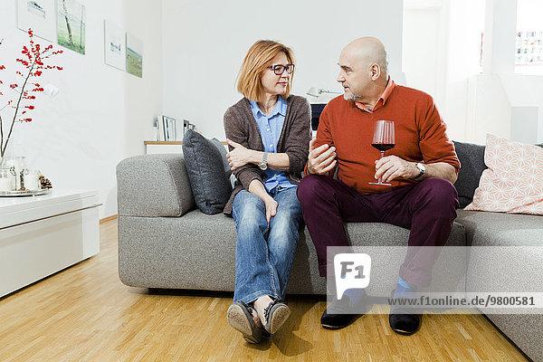 Interior zu Hause Senior Senioren Rotwein trinken