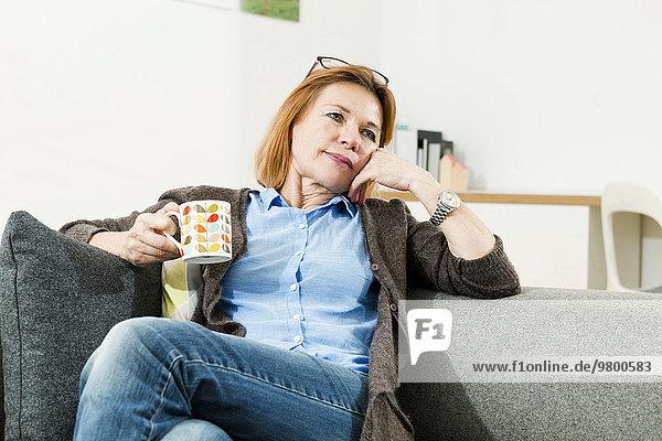 Interior zu Hause Senior Senioren Frau Tasse Kaffee