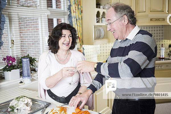 Senior Senioren Zusammenhalt kochen Küche
