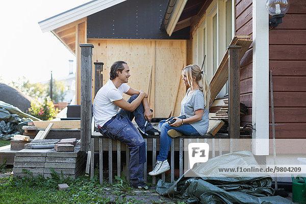 Ein glückliches Paar schaut sich beim Renovieren an.