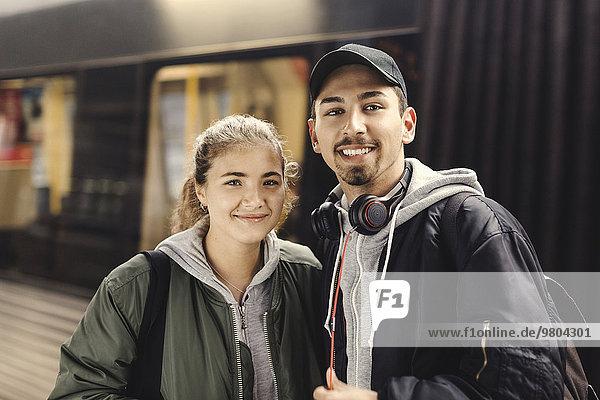 Porträt eines glücklichen jungen Paares an der U-Bahn-Station
