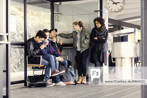 Gruppe von Universitätsstudenten wartet an der U-Bahn-Station