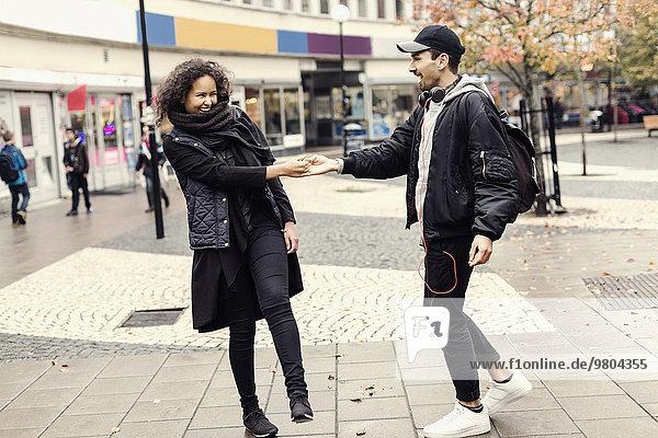 Glückliches Paar genießt auf der Stadtstraße