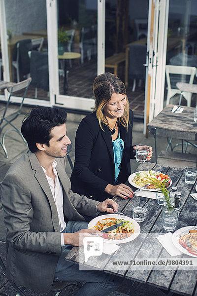 Glückliches Paar beim Mittagessen im Outdoor-Café