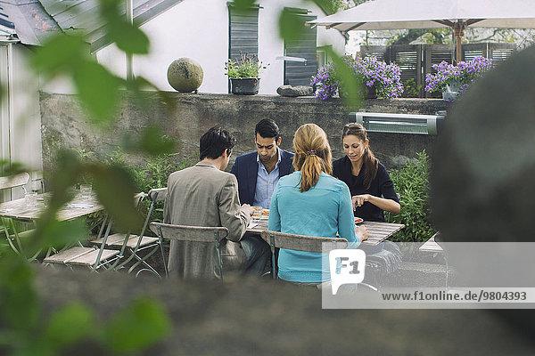 Paare beim Mittagessen im Outdoor-Café