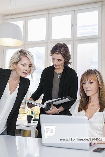 Geschäftsfrauen bei der Arbeit am Laptop im Büro