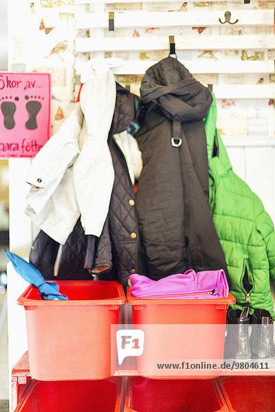 Container und Jacken außerhalb des Kindergartens Container und Jacken außerhalb des Kindergartens