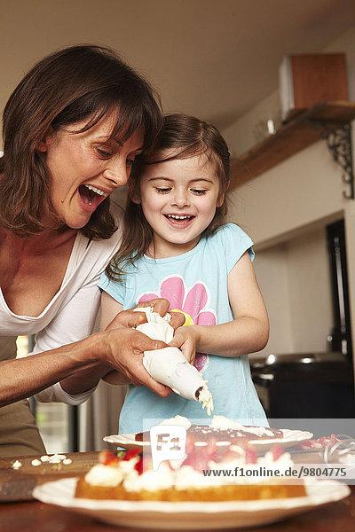 Interior zu Hause Zusammenhalt Kuchen Tochter Eiscreme Eis Mutter - Mensch