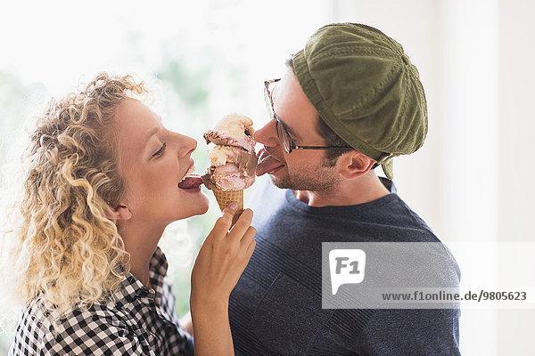 Zusammenhalt Eis essen essend isst Sahne