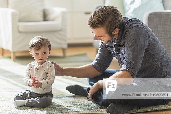 sitzend Boden Fußboden Fußböden Menschlicher Vater Sohn klein