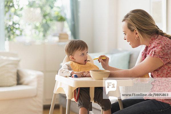 hoch oben Stuhl Junge - Person klein Mutter - Mensch füttern