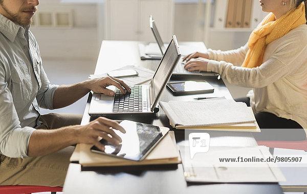 Schreibtisch Notebook arbeiten Close-up jung Mann und Frau