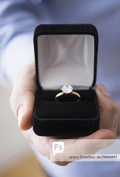 Verlobung Mann offen halten Close-up klingeln