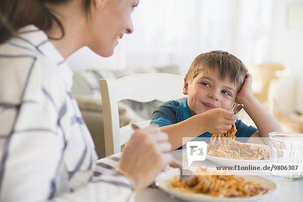 Sohn Spaghetti essen essend isst Mutter - Mensch
