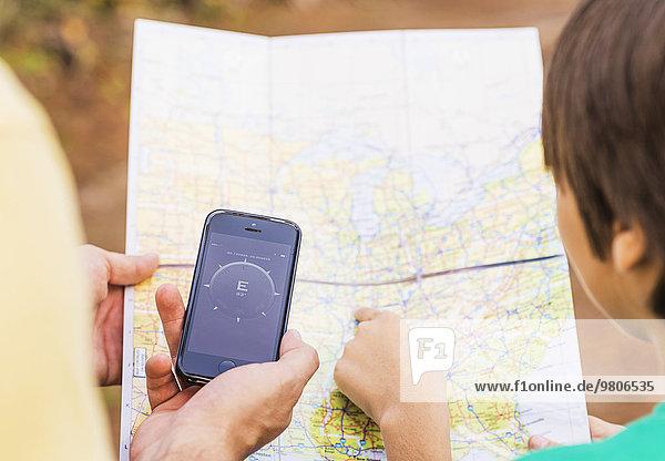 benutzen Menschlicher Vater Sohn Landkarte Karte app Smartphone