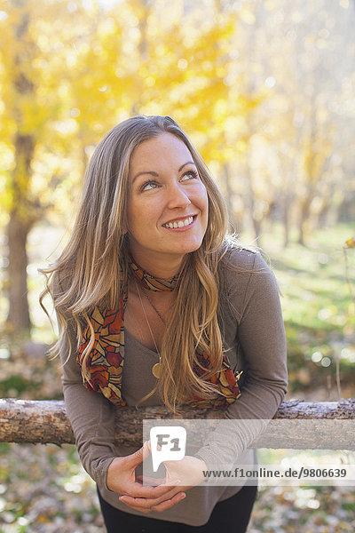 Portrait Frau lächeln Wald