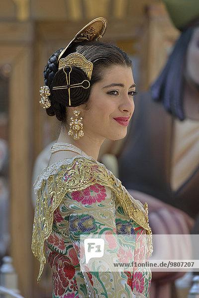 Fallas-Fest  Frau in Tracht bei Blumengabe  traditioneller Umzug an der Plaza de la Virgen de los Desamparados  Valencia  Spanien  Europa