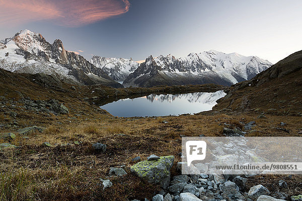 Abendsonne bei den Lac de Chésserys mit Ausblick auf Bergwelt von Chamonix und Mont Blanc  Alpen  Frankreich  Europa