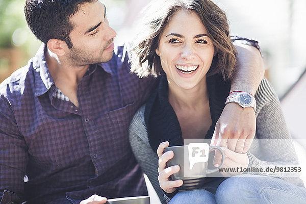 Paar Trinkkaffee auf der Veranda