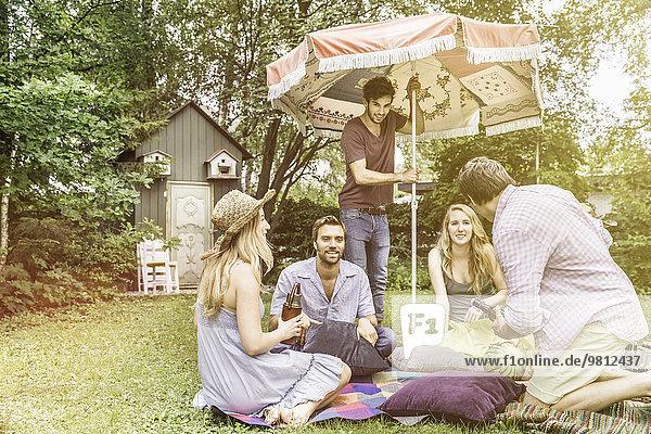 Freunde beim Picknick im Garten