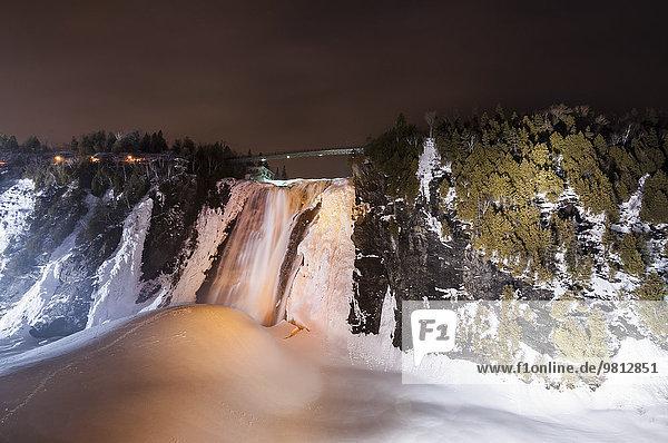 Blick auf den gefrorenen Montmorency Falls Park bei Nacht,  Quebec City,  Quebec,  Canada