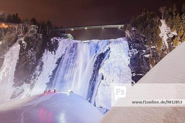 Blick auf Schneemobile vor dem gefrorenen Montmorency Falls Park bei Nacht  Quebec City  Quebec  Canada
