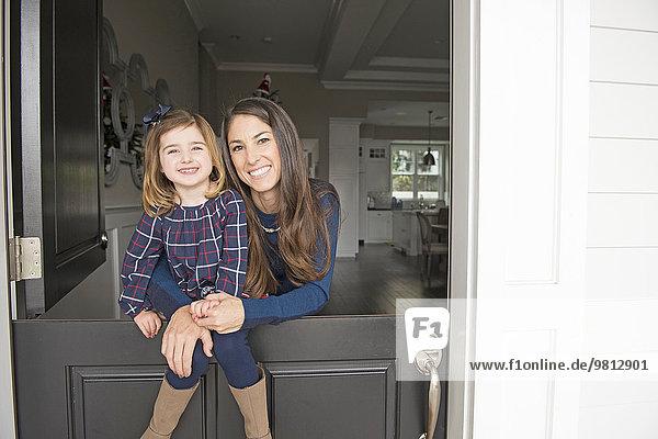 Porträt von Mutter und Tochter an der Hintertür