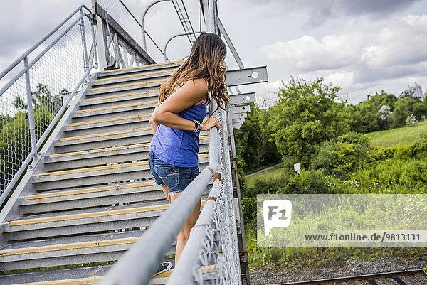 Junge Frau auf Stufen