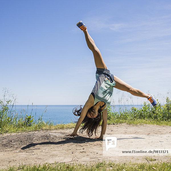 Junge Frau cartwheeling