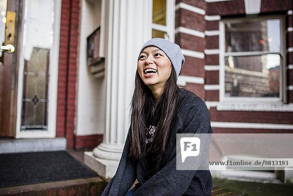 Porträt einer jungen Frau  lachend