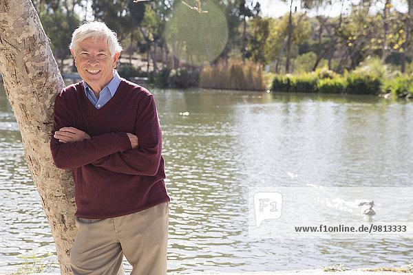 Senior Mann am See  Hahn Park  Los Angeles  Kalifornien  USA