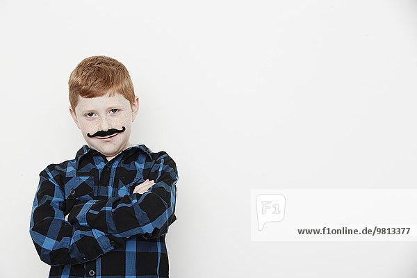 Junge mit falschem Schnurrbart