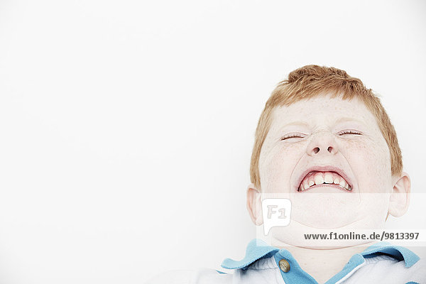 Junge macht lustige Gesichter