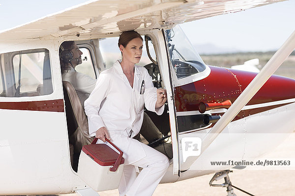 Medizinisches Personal  das Lieferungen in Kühlboxen per Flugzeug durchführt  Wellington  Western Cape  Südafrika