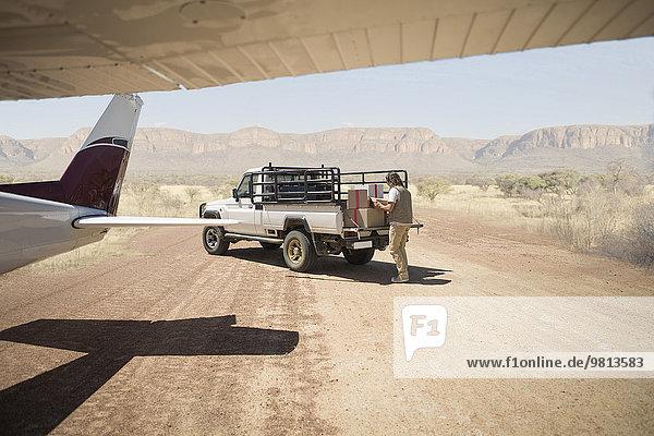 Zusteller beim Verladen von Paketen vom Flugzeug zum LKW  Wellington  Western Cape  Südafrika