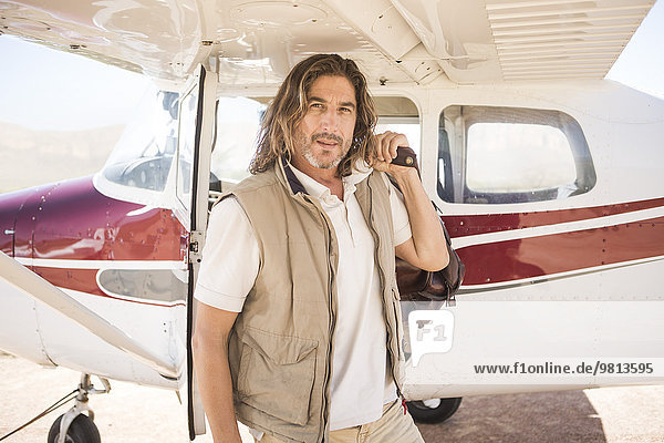 Pilot steht neben dem Flugzeug  Wellington  Western Cape  Südafrika