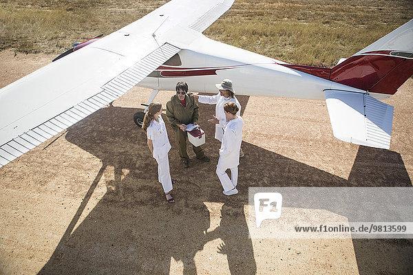 Medizinisches Personal im Gespräch mit Pilot neben dem Flugzeug  Wellington  Western Cape  Südafrika