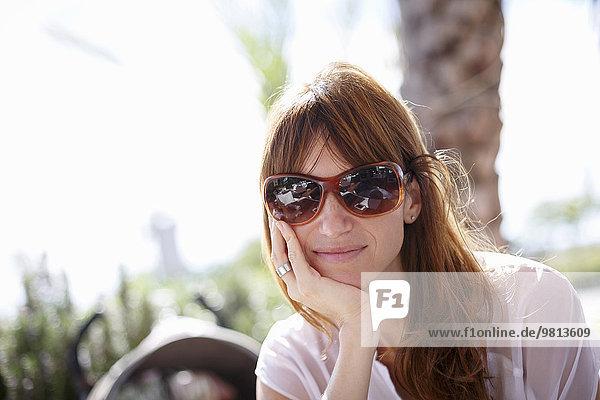 Porträt einer mittleren erwachsenen Frau im Straßencafé  Castelldefels  Katalonien  Spanien