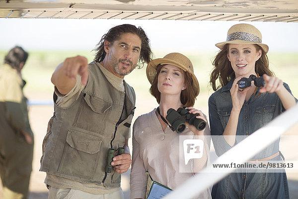 Reiseleitung mit Touristen neben dem Flugzeug  Wellington  Western Cape  Südafrika