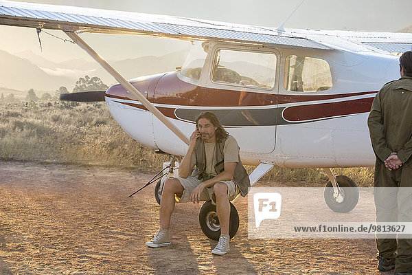 Pilot sitzend neben dem Flugzeug  Wellington  Western Cape  Südafrika