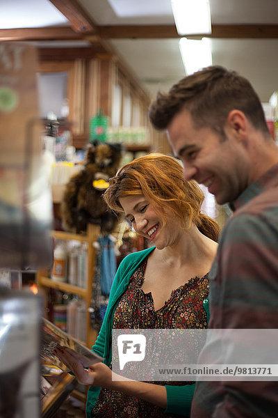 Mann und Frau beim Einkaufen im Naturkostladen