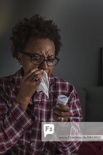Reife Frau mit Kaltlesetikett auf der Medikation