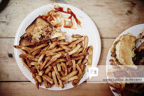 Rohes Sandwich  Burger und Pommes frites