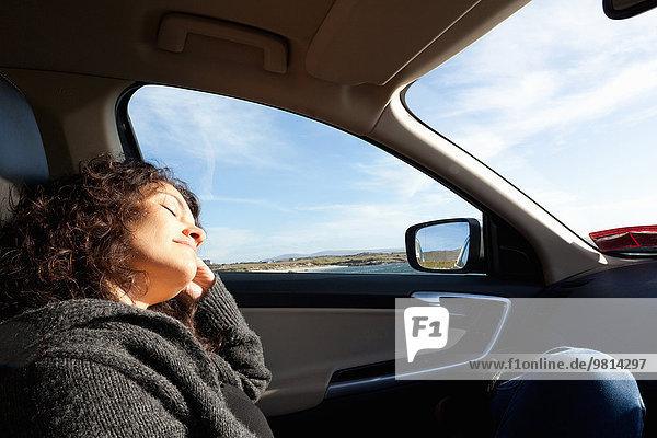 Frau schläft im Auto  Connemara  Irland